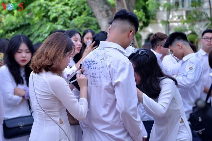 Berührte Momente beim Schulabschluss der Schüler der 12. Klassen - ảnh 7