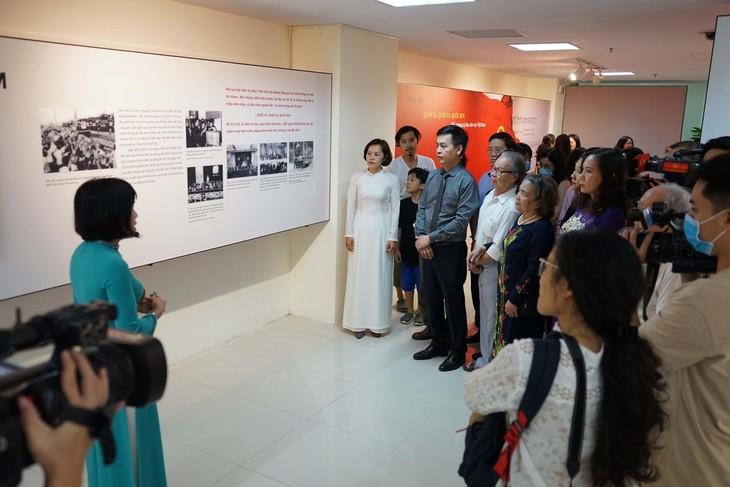 """Ausstellung """"Nationalflagge, Nationalhymne, Nationalwappen: Symbol des Stolzes des vietnamesischen Volkes"""" - ảnh 1"""