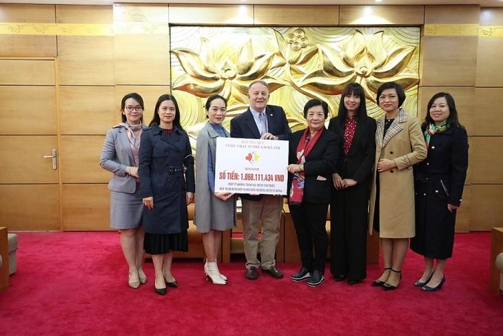 Vietnamesisch-Kanadische Freundschaftsgesellschaft überreicht Gelder vom Laufwettbewerb für Kinder in Hanoi  - ảnh 1