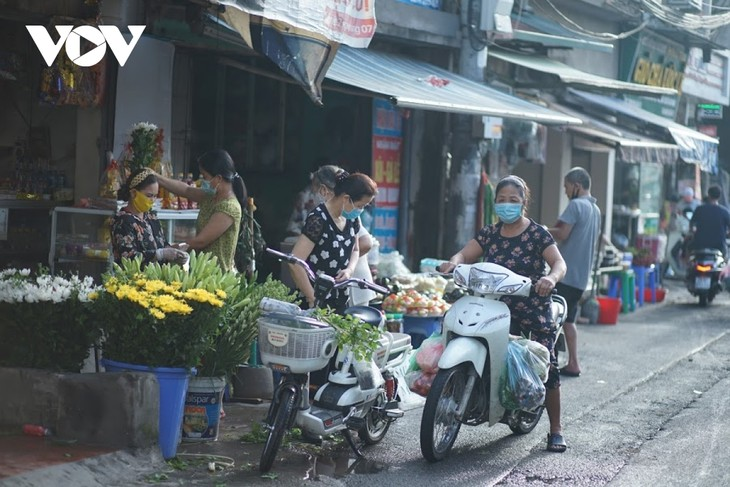 Einkauf der Hanoier für das Doan Ngo-Fest - ảnh 2