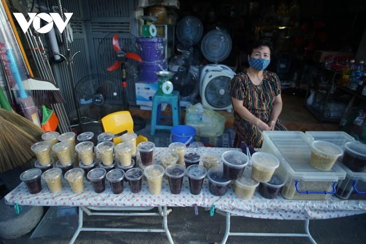 Einkauf der Hanoier für das Doan Ngo-Fest - ảnh 3