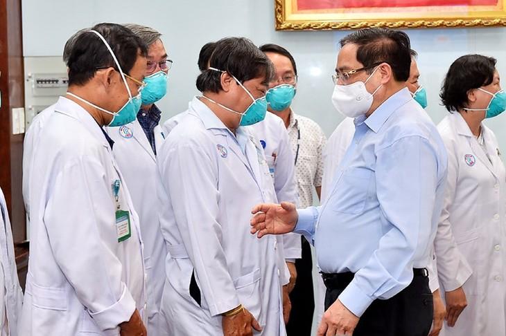Premierminister Pham Minh Chinh überreicht Urkunde an Mitarbeiter des Gesundheitsministeriums - ảnh 1
