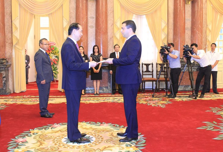 President receives new ambassadors - ảnh 1