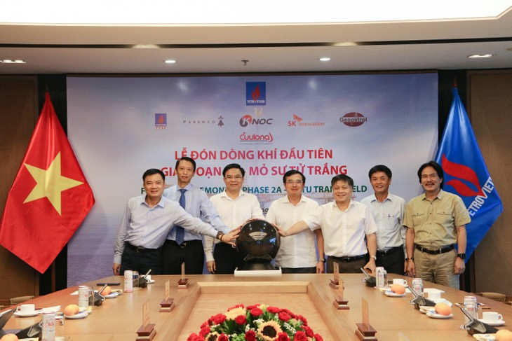 Petrovietnam welcomes first gas flow from White Lion oil field in phase 2A   - ảnh 1