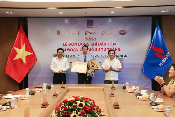 Petrovietnam welcomes first gas flow from White Lion oil field in phase 2A   - ảnh 2