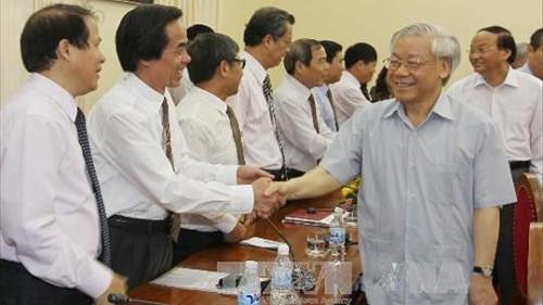 เลขาธิการใหญ่พรรคแลกเปลี่ยนข้อราชการกับเจ้าหน้าที่บริหารสถาบันการเมืองรัฐศาสตร์แห่งชาติโฮจิมินห์  - ảnh 1