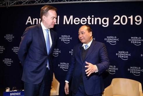 นายกรัฐมนตรีเวียดนามสนทนากับประธานWEFเกี่ยวกับเวียดนามและโลก - ảnh 1