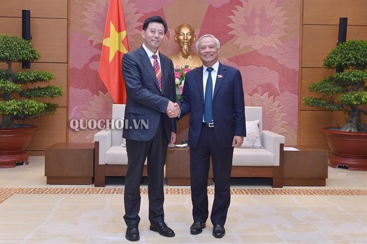 มีส่วนร่วมที่เป็นรูปธรรมให้แก่ความสัมพันธ์เวียดนาม-จีน - ảnh 1
