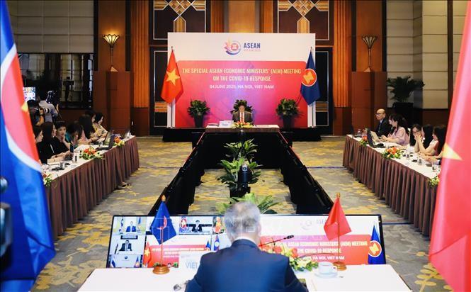 แถลงข่าวผลการประชุมรัฐมนตรีเศรษฐกิจอาเซียนและอาเซียน+3 - ảnh 1