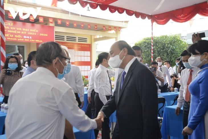 ผู้มีสิทธิ์เลือกตั้งเวียดนามไปเลือกตั้งอย่างแข็งขันเพื่อเลือกผู้แทนรัฐสภาและสภาประชาชนทุกระดับ - ảnh 2