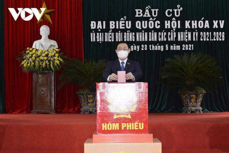 ผู้มีสิทธิ์เลือกตั้งเวียดนามไปเลือกตั้งอย่างแข็งขันเพื่อเลือกผู้แทนรัฐสภาและสภาประชาชนทุกระดับ - ảnh 4