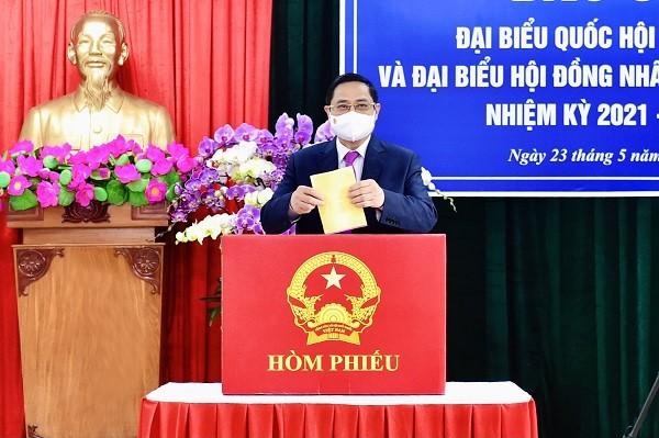ผู้มีสิทธิ์เลือกตั้งเวียดนามไปเลือกตั้งอย่างแข็งขันเพื่อเลือกผู้แทนรัฐสภาและสภาประชาชนทุกระดับ - ảnh 3