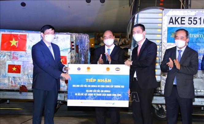 ประธานประเทศเวียดนามเป็นสักขีพยานในพิธีมอบวัคซีนและอุปกรณ์การแพทย์ ณ สนามบิน - ảnh 1