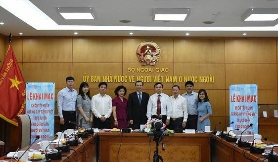 พัฒนาคุณวุฒิและทักษะการสอนสำหรับครูชาวเวียดนามในต่างประเทศ - ảnh 1