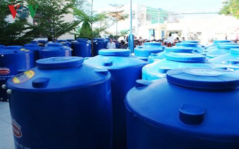 越南之声广播电台与日本Acecook越南公司向宁顺省赠送水箱 - ảnh 1