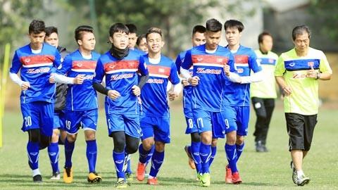 越南U23足球队前往中国集训 备战2018年亚洲U23足球赛决赛圈 - ảnh 1