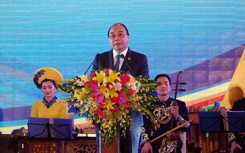 越南政府总理阮春福和夫人主持GMS-6和CLV-10招待会 - ảnh 1
