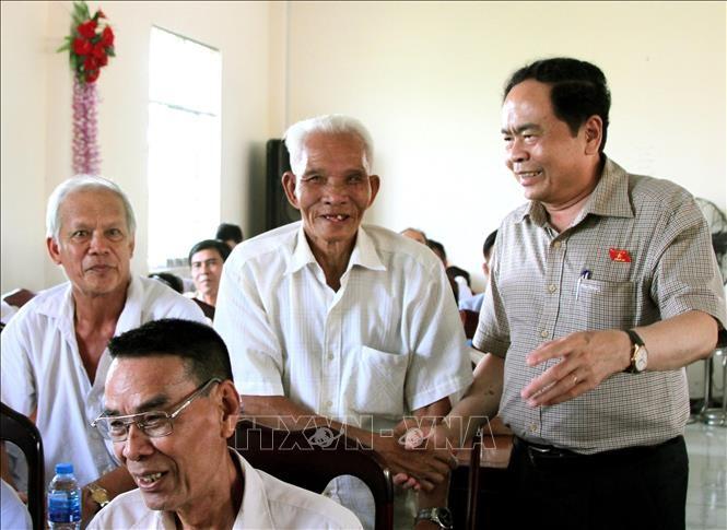 越南祖国阵线中央委员会主席陈青敏与芹苴市选民接触 - ảnh 1