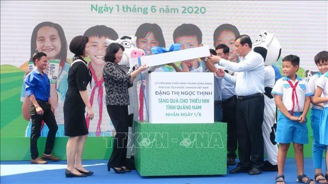 越南国家副主席邓氏玉盛向广南省儿童赠送礼物 - ảnh 1