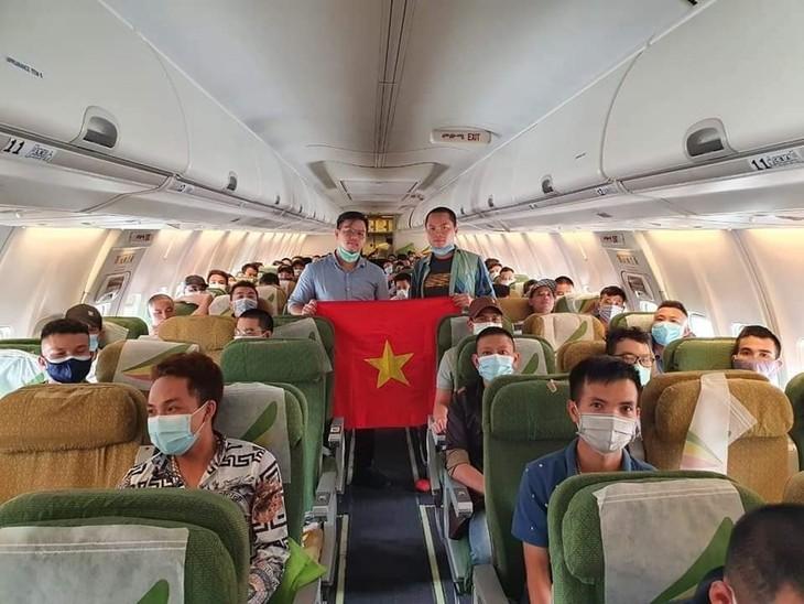 越南将130多名在马来西亚和非洲一些国家的越南公民接回国 - ảnh 1