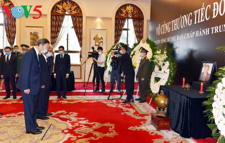 中国领导人前往越南驻中国大使馆悼念黎可漂逝世 - ảnh 1