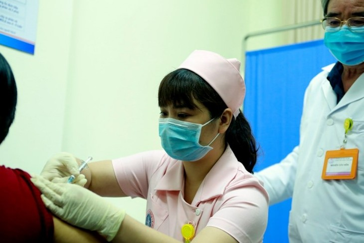 越南首批6名志愿者注射第2针新冠疫苗 - ảnh 1
