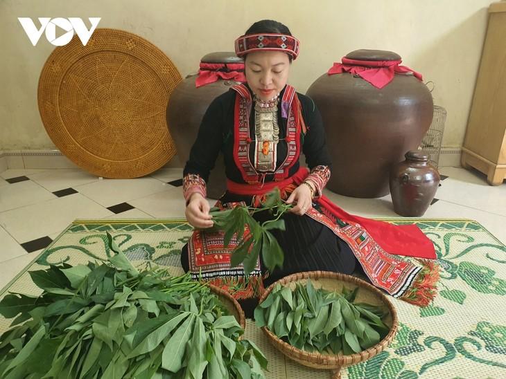 红瑶族同胞质朴而又美味的腌木薯叶 - ảnh 1