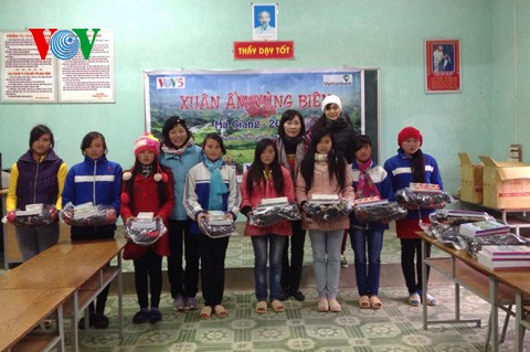 VOV5 überreicht Geschenke an arme Menschen in Ha Giang - ảnh 1