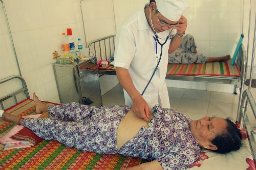 Arzt Bui Dinh Linh engagiert sich für die Arbeit auf entlegener Insel  - ảnh 1