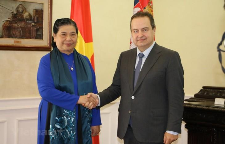 Vizeparlamentspräsidentin Tong Thi Phong trifft serbischen Vizepremierminister - ảnh 1