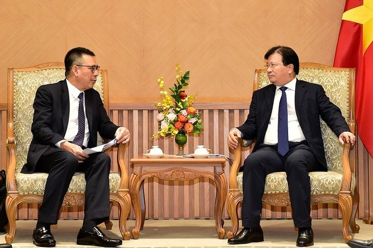 Vizepremierminister Trinh Dinh Dung empfängt Generaldirektor des thailändischen Konzerns SCG Roongrote Rangsiyopash - ảnh 1