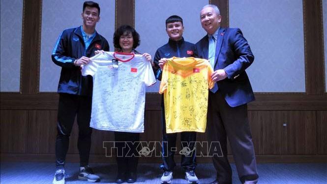 Vietnamesischer Botschafter in Südkorea besucht Quartier der vietnamesischen Fußballnationalmannschaft - ảnh 1