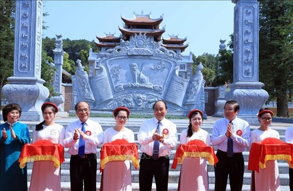 Premierminister Nguyen Xuan Phuc nimmt an Einweihung des Tempels zum Andenken der Familie von Ho Chi Minh teil  - ảnh 1