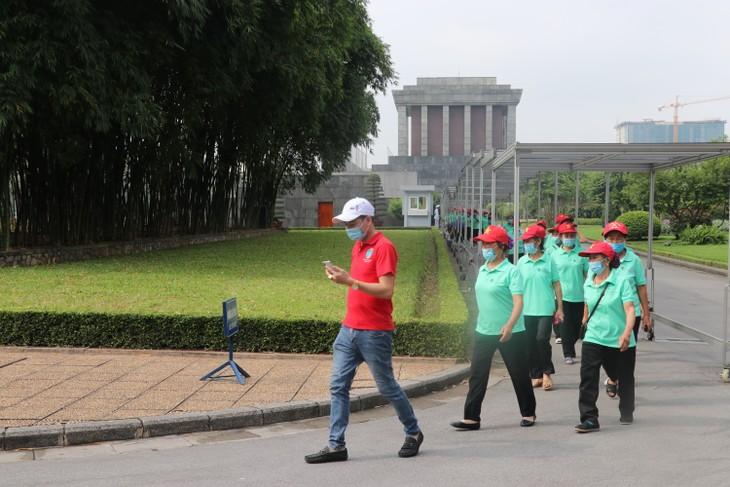 Bürger landesweit besuchen das Ho Chi Minh-Mausoleum - ảnh 1