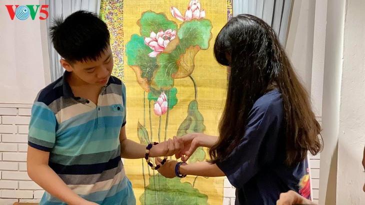 Kinder informieren sich über traditionelle Dui-Seiden Vietnams - ảnh 10