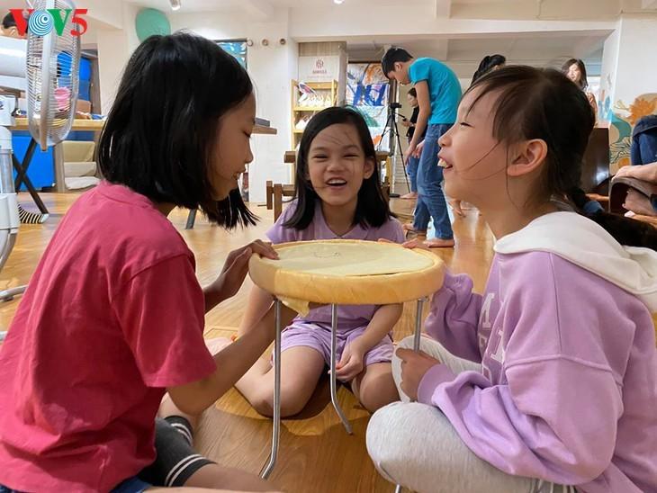 Kinder informieren sich über traditionelle Dui-Seiden Vietnams - ảnh 11