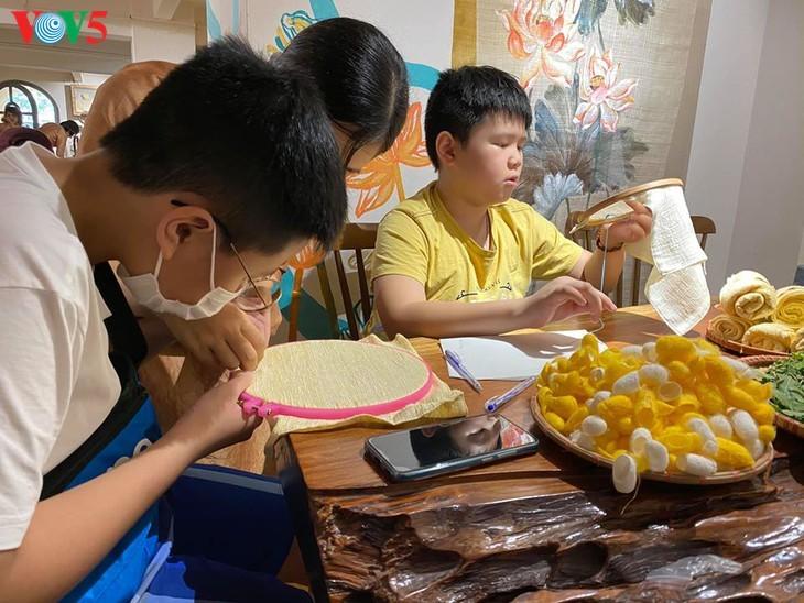 Kinder informieren sich über traditionelle Dui-Seiden Vietnams - ảnh 12