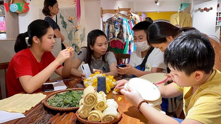 Kinder informieren sich über traditionelle Dui-Seiden Vietnams - ảnh 13