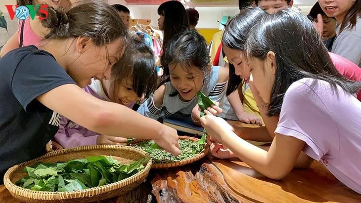 Kinder informieren sich über traditionelle Dui-Seiden Vietnams - ảnh 6