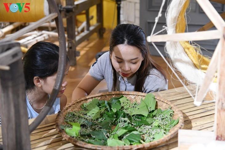 Kinder informieren sich über traditionelle Dui-Seiden Vietnams - ảnh 7