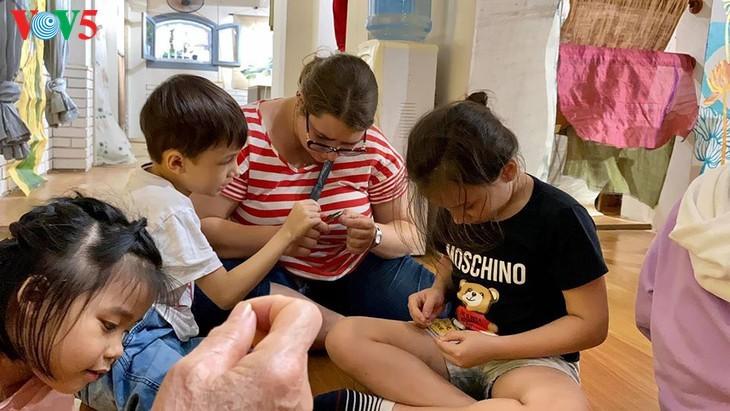 Kinder informieren sich über traditionelle Dui-Seiden Vietnams - ảnh 9