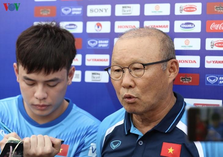 Trainer Park Hang Seo zeigt Star-Ensemble vom Fußballklub Hoang Anh Gia Lai die Balltechniken  - ảnh 1