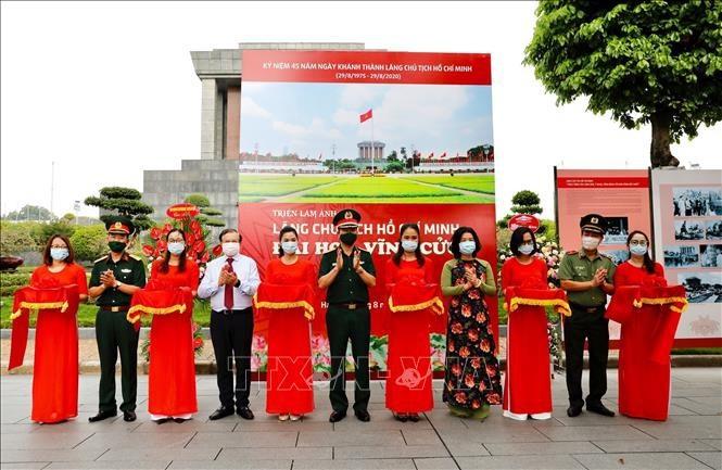 "Fotoausstellung über ""Ho Chi Minh Mausoleum-Ewige Blüte"" - ảnh 1"