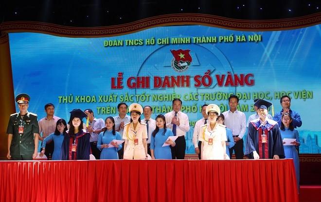 88 Hochschulabsolventen in Hanoi mit Bestnoten in ihrem Fach werden in goldenes Buch eingetragen - ảnh 1