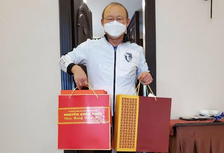 Premierminister Nguyen Xuan Phuc hat Geschenk für Fußballtrainer Park Hang-seo - ảnh 1