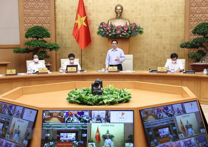 Premierminister Pham Minh Chinh tagt mit Ministerien und Provinzen online über COVID-19-Bekämpfung - ảnh 1