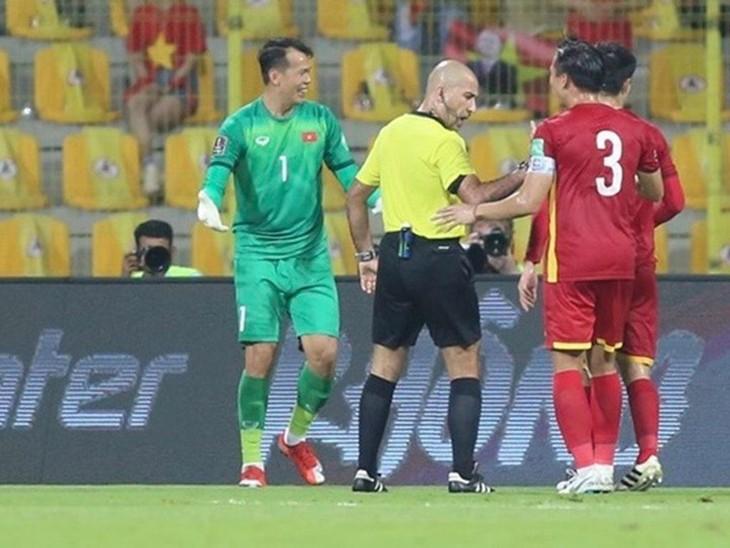 Bekannte Schiedsrichter beim Spiel Vietnam gegen Oman - ảnh 1