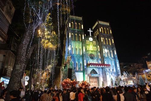 Visitan las iglesias de Hanói en ocasión de las Navidades - ảnh 1