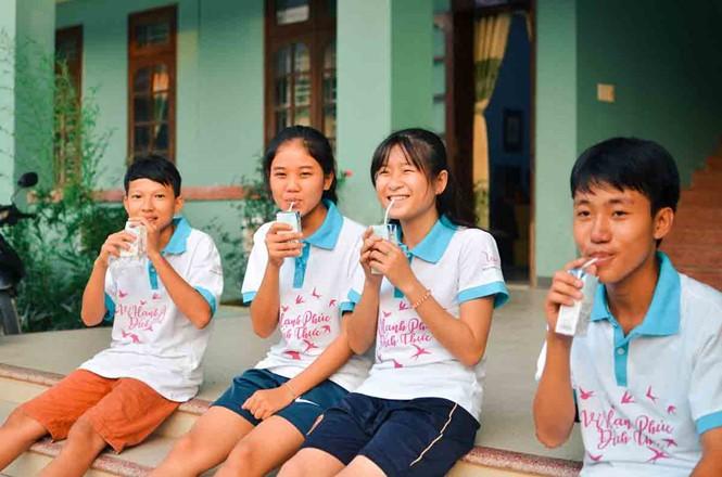 Niños vietnamitas juegan fútbol en Rusia - ảnh 1