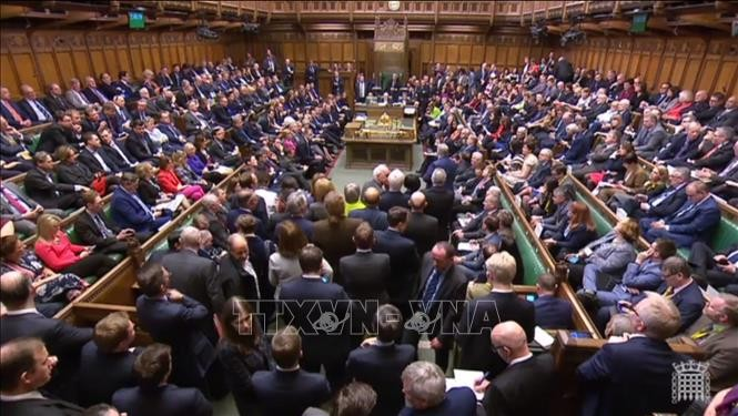 British MPs pass bill to prevent no-deal Brexit  - ảnh 1